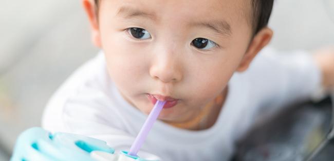 Vida saludable - chicos tomando bebidas azucaradas