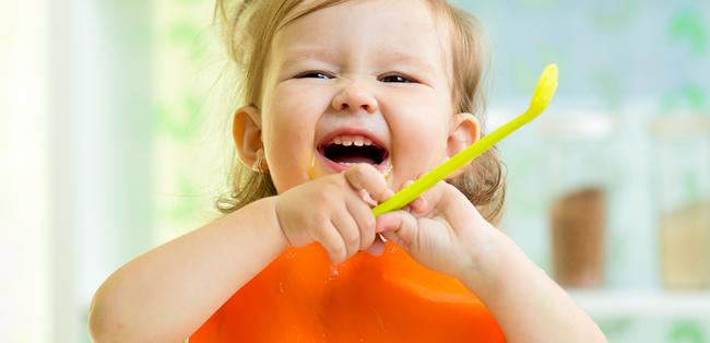 Vida saludable - chicos comiendo fruta