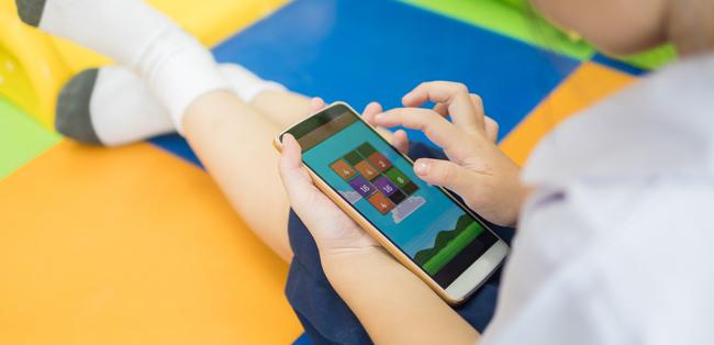 Vida saludable - chicos jugando con su celular